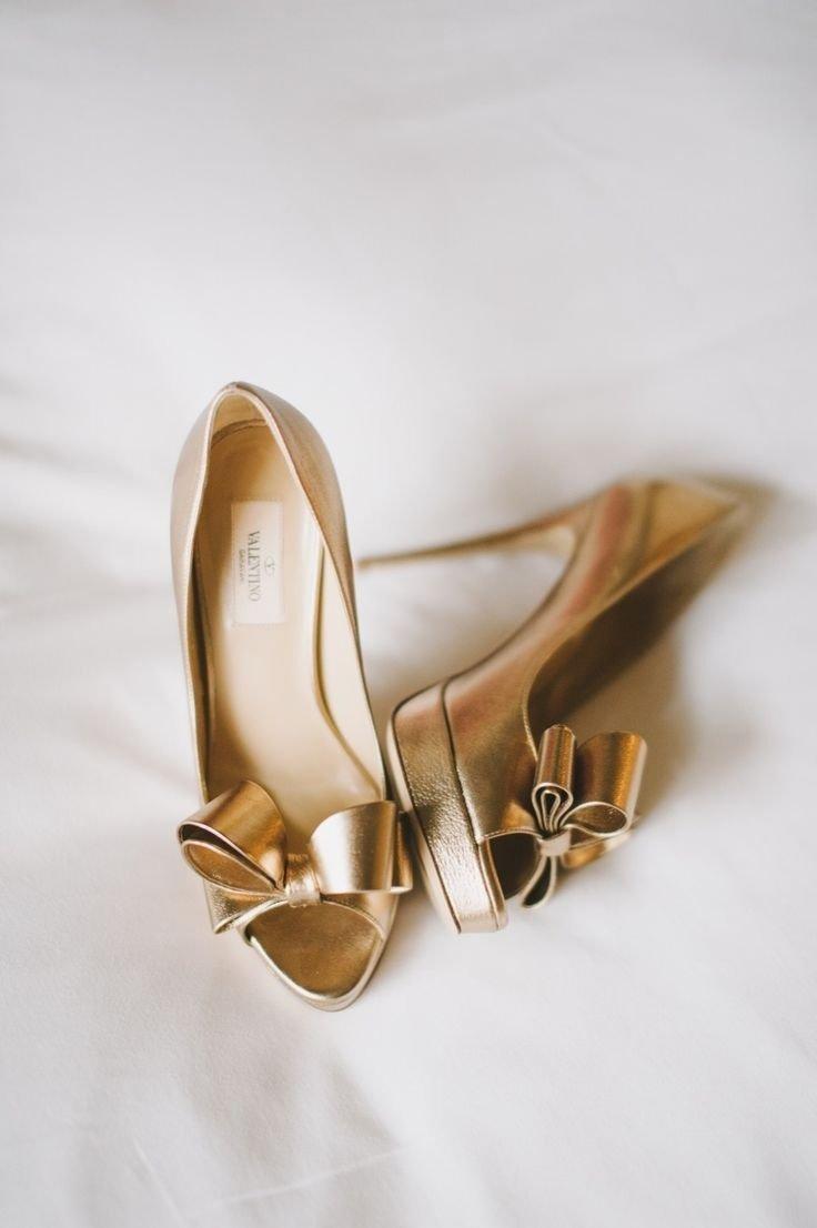 Золотые туфли на ногах снятся к исполнению желания.