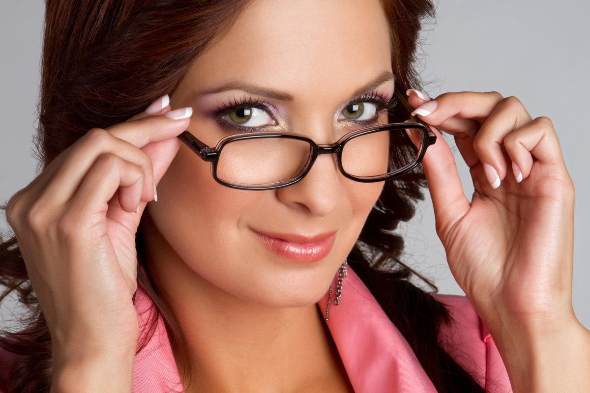 Фото дамы в очках, сисястая любит пороться