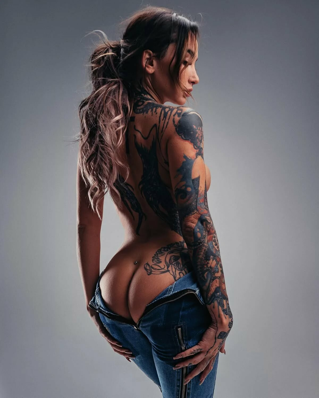 Девушки в татуировках картинки для айфона