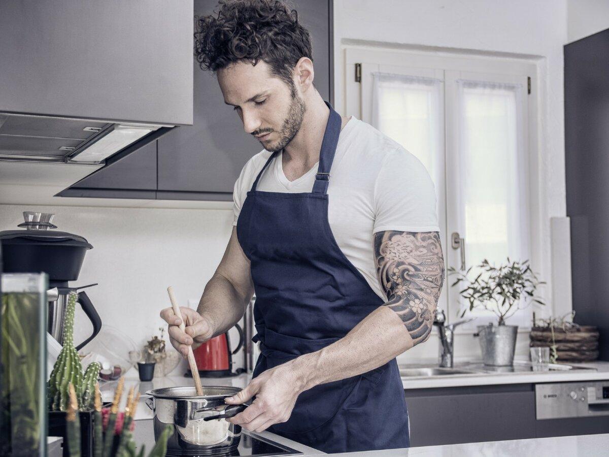 Картинки муж готовит на кухне