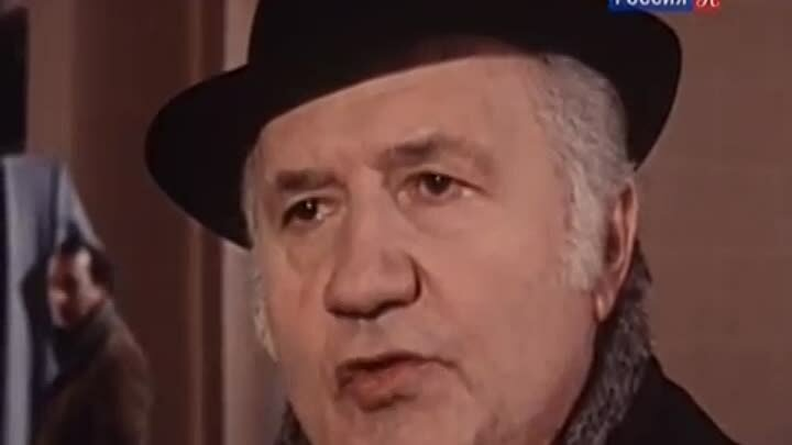 На вилле под Парижем происходит убийство богатой американки и её горничной. Все улики указывают, что преступление совершил рабочий Жозеф Эртен. Его арестовывают, однако комиссар Мегрэ уверен, что произошла ошибка. Желая найти настоящего преступника, он решается на рискованный эксперимент...