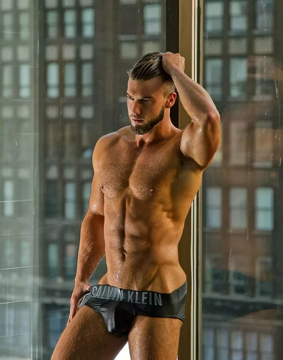 Hunk model naked