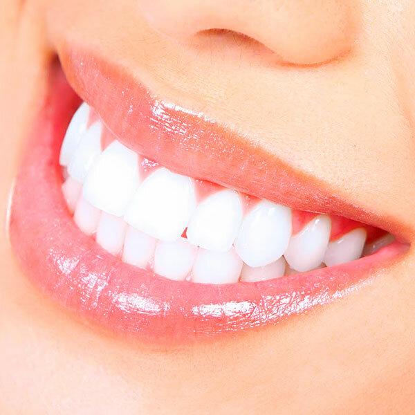 Красивая улыбка с профессиональными услугами ортодонта
