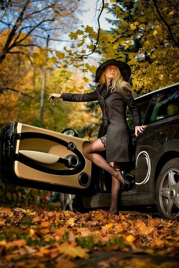 Фотографирую жену у машины в лесу, видео как кончают бурно бабы