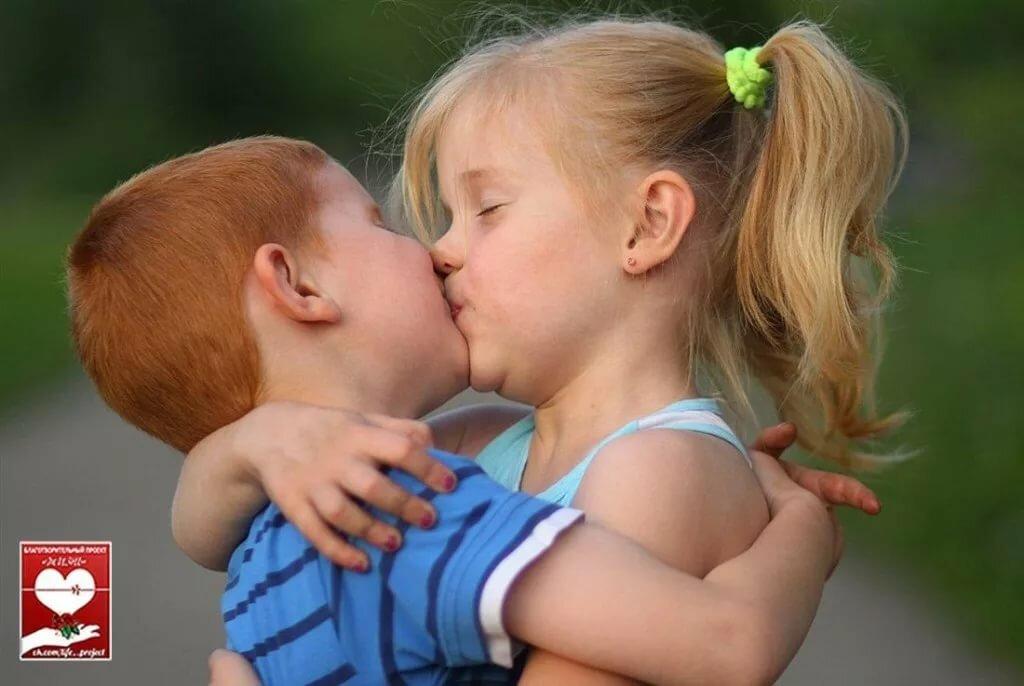 Картинки поцелуи дети