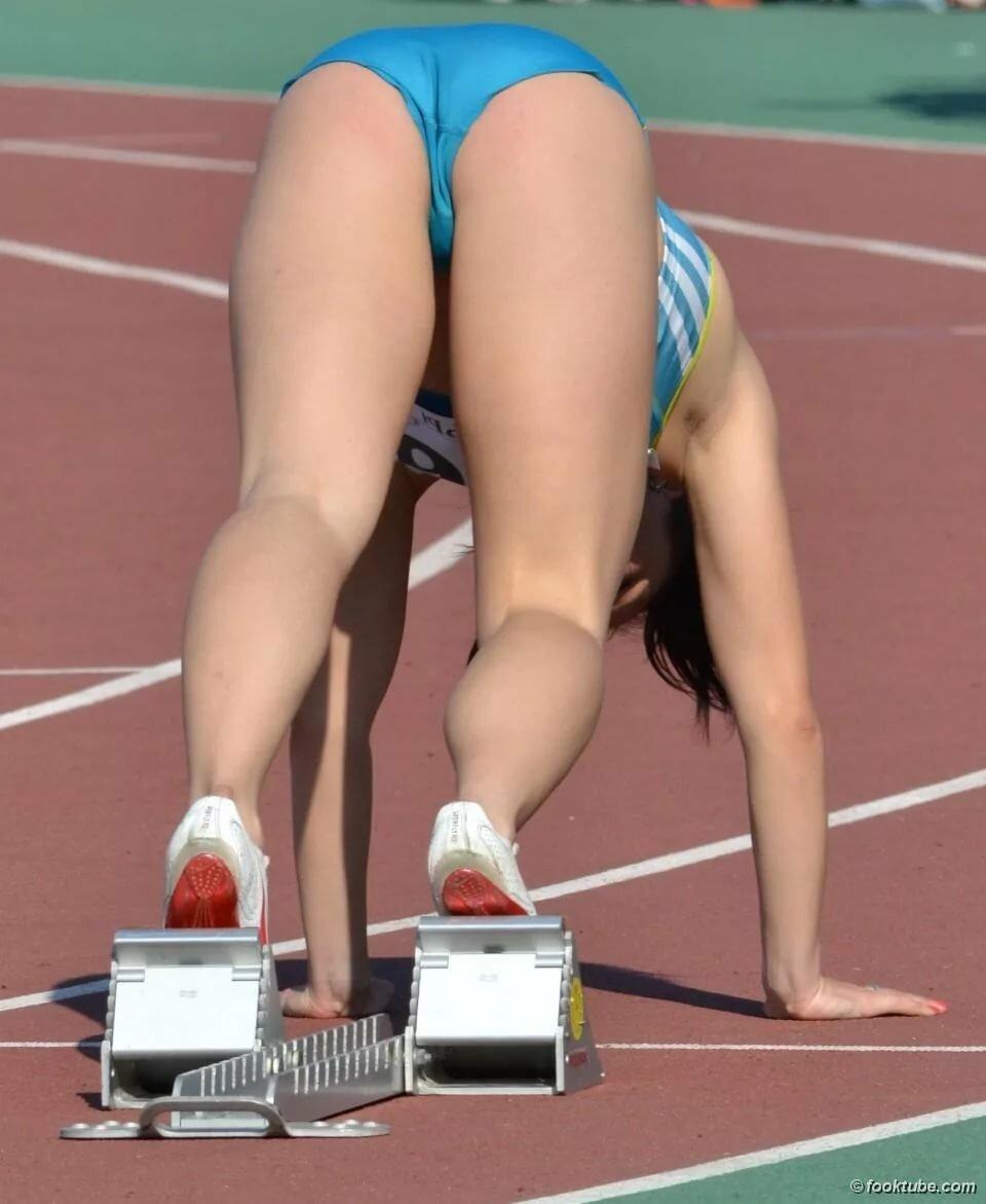 Athletes pussyslips, hidden handjob in outdoor