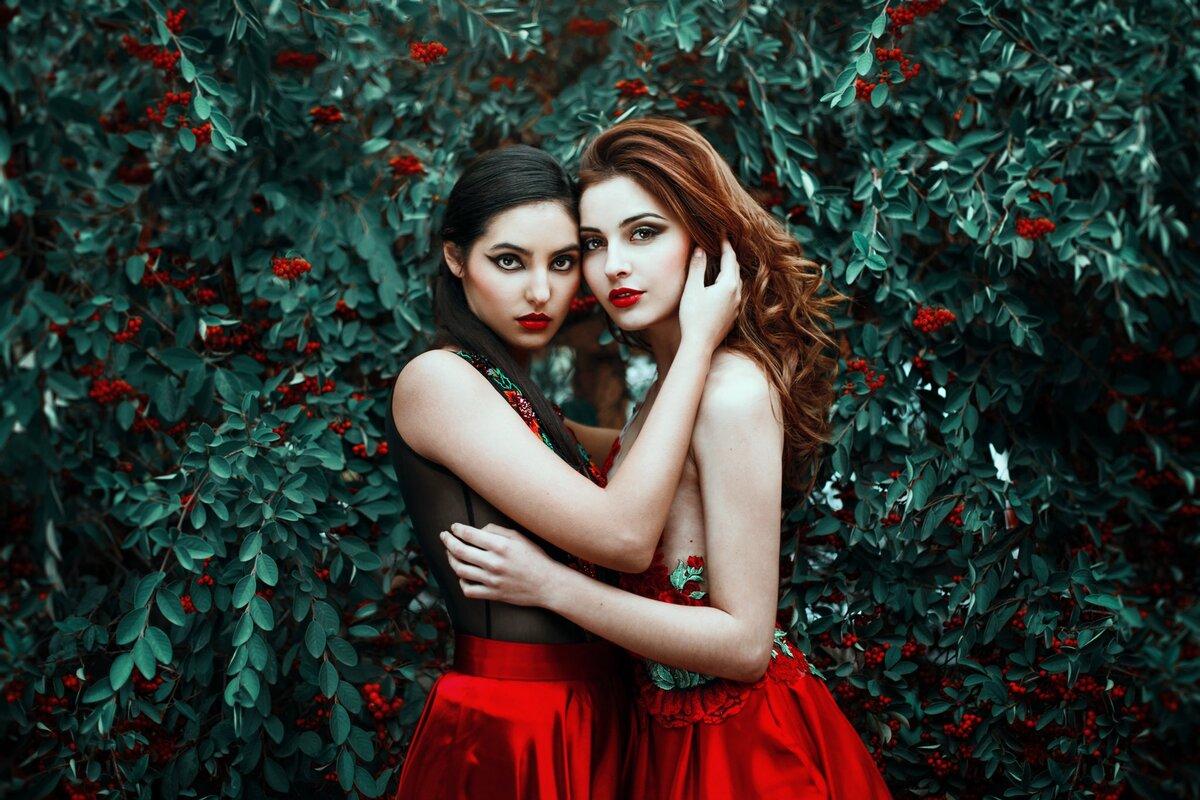 Две девушки брюнетки картинки
