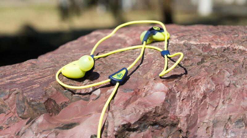 Наушники для бега должны не только качественно передавать звук и обеспечивать хорошую звукоизоляцию, но и достаточно прочно держаться.