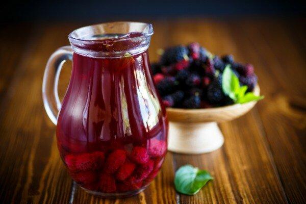 Компот из шелковицы отлично утоляет жажду. Он имеет приятный кисло-сладкий вкус и нежный ягодный аромат.