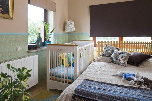 Редкая мама согласится, чтобы ребенок с рождения спал в отдельной комнате. Поэтому всегда большое внимание уделяется вопросу, каким должен быть интерьер спальни с детской кроваткой, чтобы в комнате удобно сосуществовали и взрослые, и малыш.