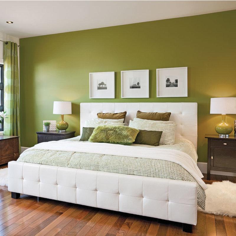 глубокого оливкового цвета стены в спальне с большой белой кроватью