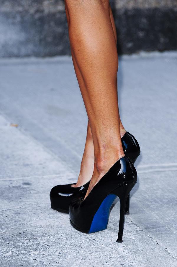 Туфли с синей подошвой