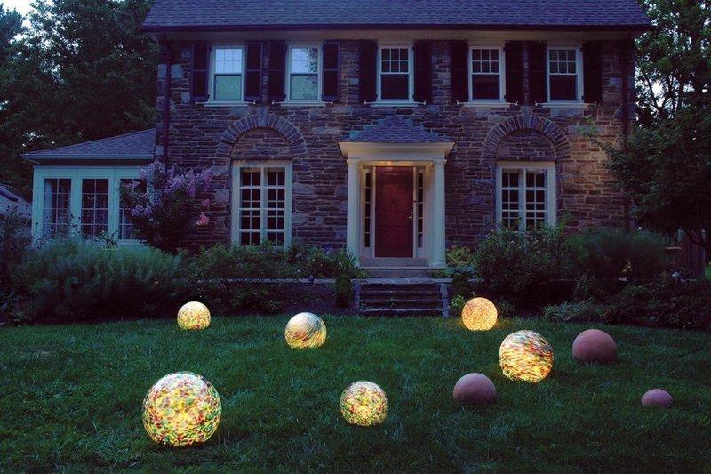 Сферические светильники на террасе в саду