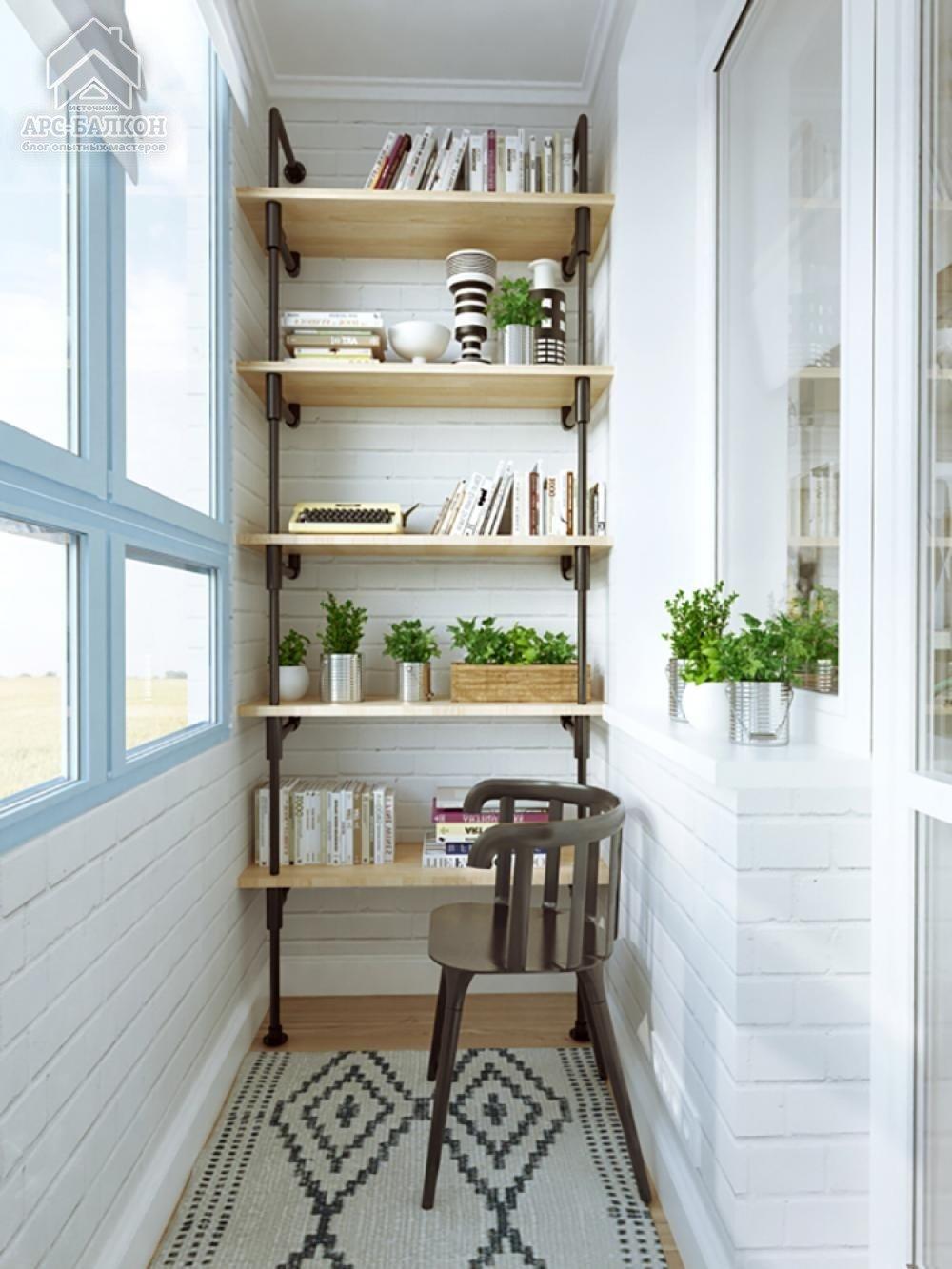 Открытый стеллаж из дерева, встроенный в боковую стену лоджи.