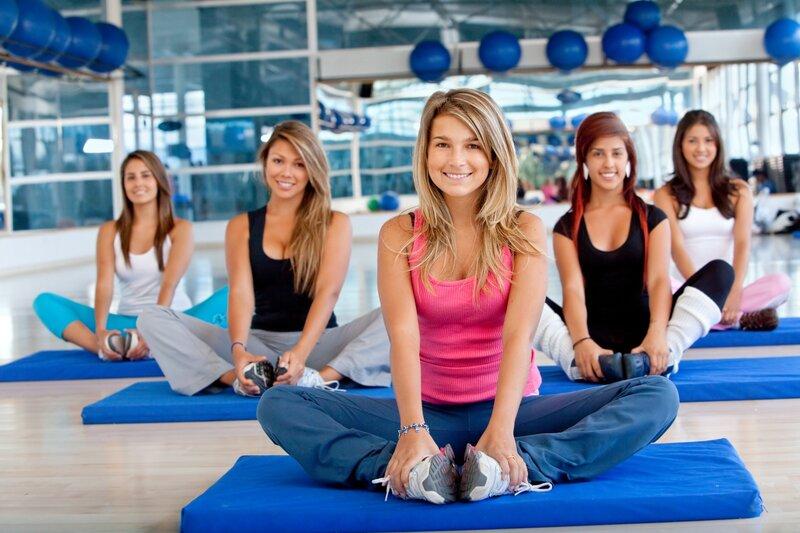 Фитнес-йога является отличным способом поддержания себя в форме. С ее помощью можно не только снять стресс и подтянуть проблемные зоны, но и существенно по