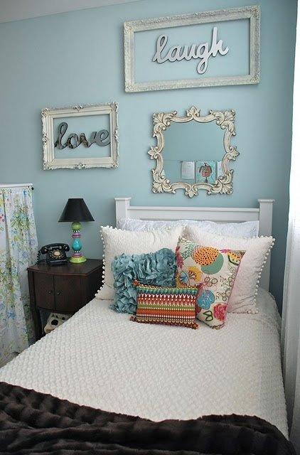 Голубая спальня с винтажными рамками на стене