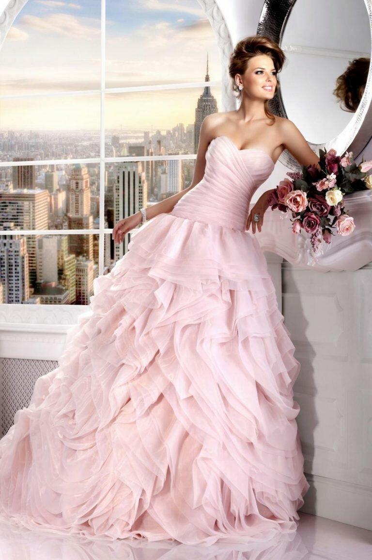 Немаловажным залогом успеха является правильно выбранное свадебное платье в розовых красках