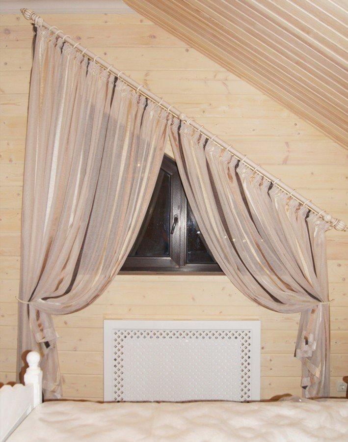Варианты штор для классических мансардных окон и со скошенным верхом: рулонные, плиссе, занавески, римские, гардины, карнизы. Рассказываем как повесить.