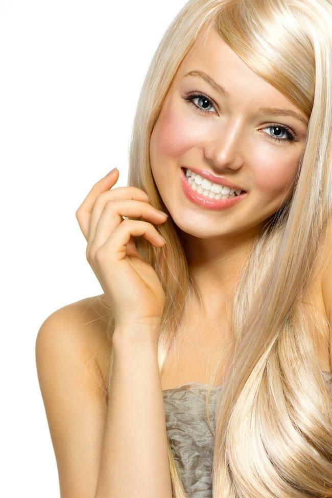 Улыбчивая блондинка