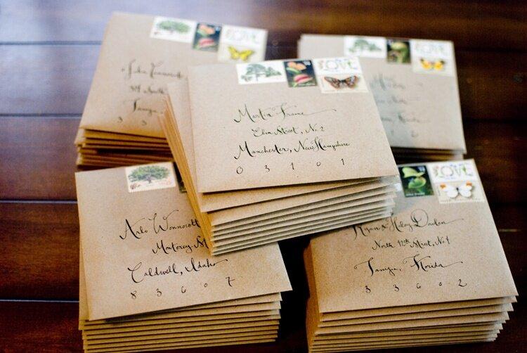 Пригласительные открытки на лофт свадьбу предельно просты и не потребуют от жениха и невесты никаких затрат ни в средствах ни во времени. Это могут быть и обычные карточки с впечатанными в них параметрами предстоящего мероприятия: время, место, имена брачующихся и самих приглашенных.