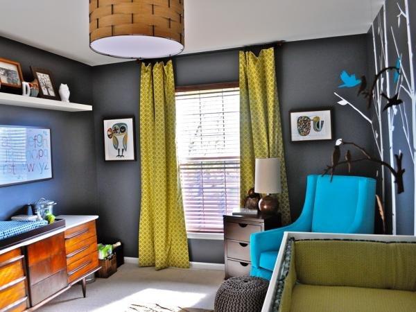 Яркое голубое кресло и серый цвет на стенах в детской комнате.