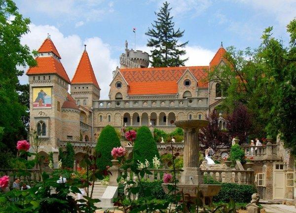 Замок Бори является одной из немногих достопримечательностей города, созданной в XX в. Этот замок возведен архитектором Йено Бори в качестве символа любви к своей супруге Илоне.