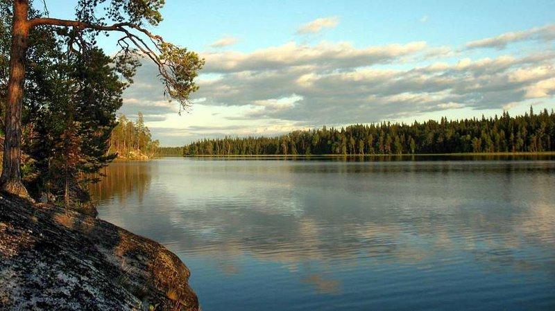 Карелию называют центром деревянного зодчества, кладовой грибов и самым таинственным краем в России.