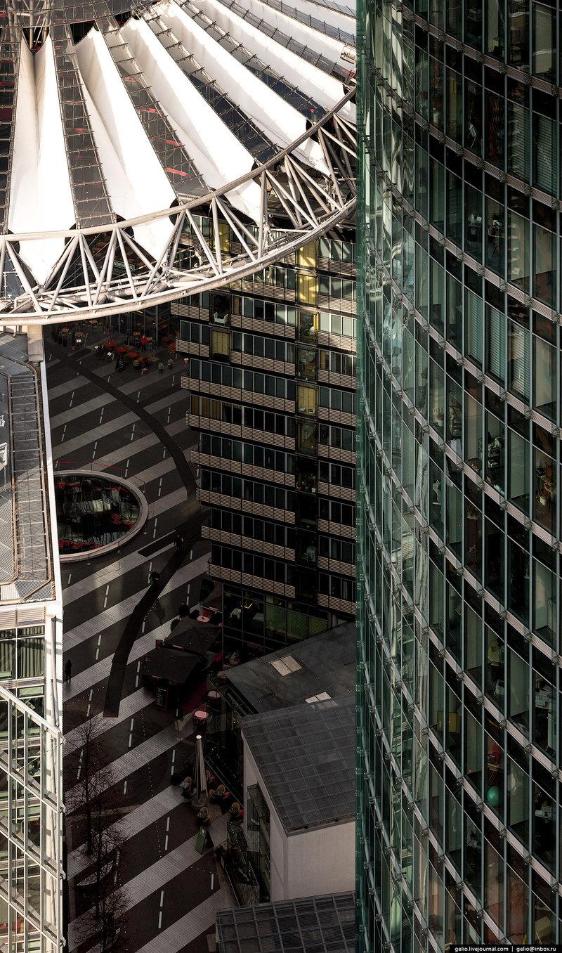 Sony Center на Потсдамер-плац.  Комплекс из семи зданий (жилые апартаменты, офисы, развлекательные и торговые центры) под общим куполом, который символизирует японскую гору Фудзияма. В Sony Center действует один из крупнейших в мире кинотеатров формата IMAX с площадью экрана 500 квадратных метров.