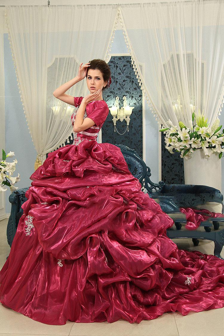Шикарное  платье с корсетом и пышной юбкой