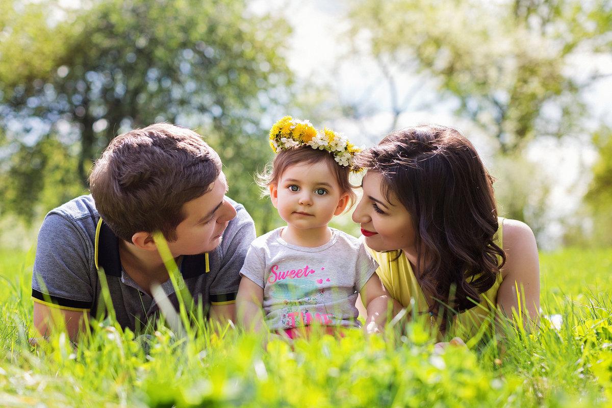 Картинки ребенок родители на природе