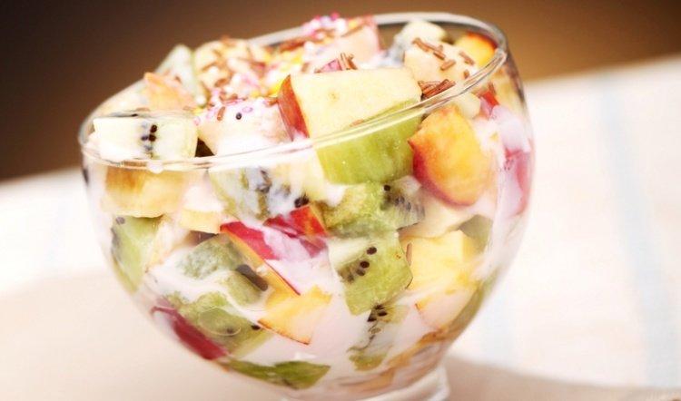 Яблоки очищаем от кожицы и удаляем сердцевину, а фрукты и ягоды из компотов отцедить.