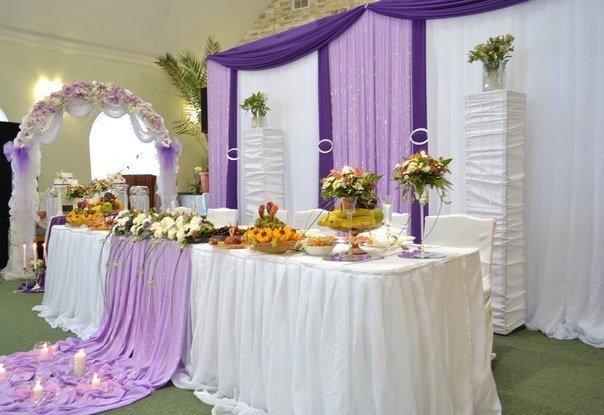 Яркие оттенки в оформлении популярны и часто используются в летних свадьбах. Но если использовать слишком много различных цветов в одном пространстве, то Ваше свадебное торжество грозит превратиться в карнавал! Если свадебный карнавал запланирован не был, то Вам наш совет: сделайте акцент на одном Вашем любимом ярком цвете и используйте его оттенки (желательно не больше двух).