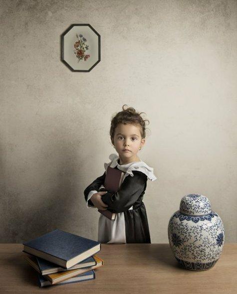 Школьница в белом фартуке. Фотограф Билл Гекас.