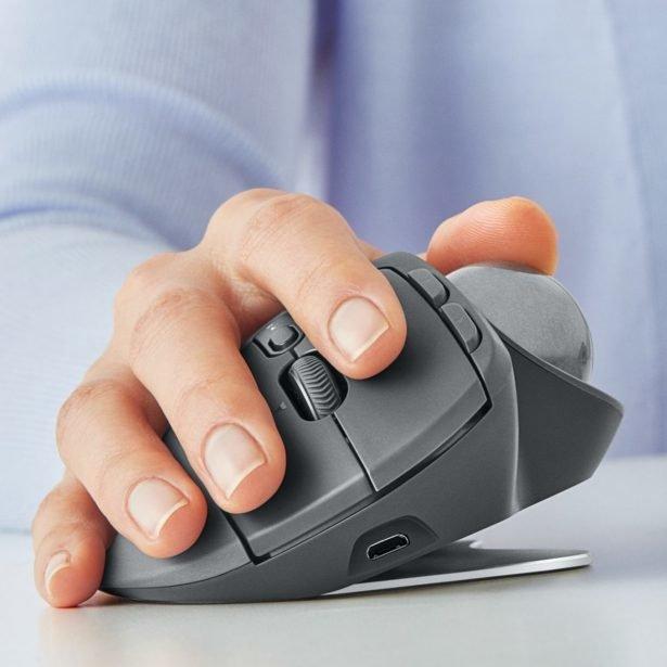 Компания Logitech представила беспроводную компьютерную мышь Logitech MX Ergo, главной особенностью которой является наличие трекбола.