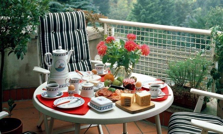 """Мебель на балконе или лоджии должна быть компактна и удобна""""."""