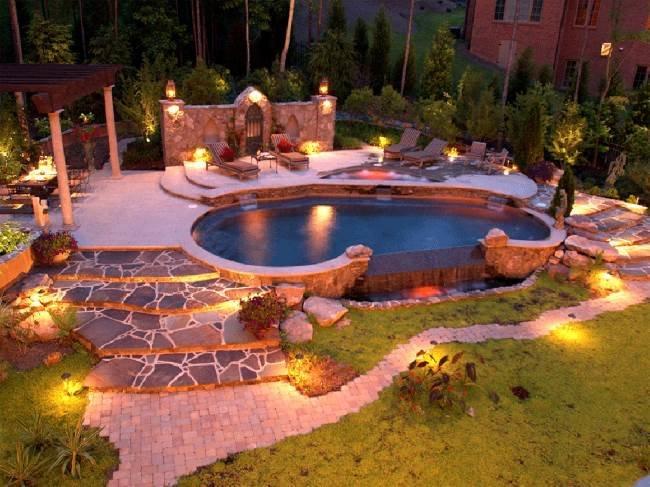 Декоративное освещение террасы с небольшим бассейном