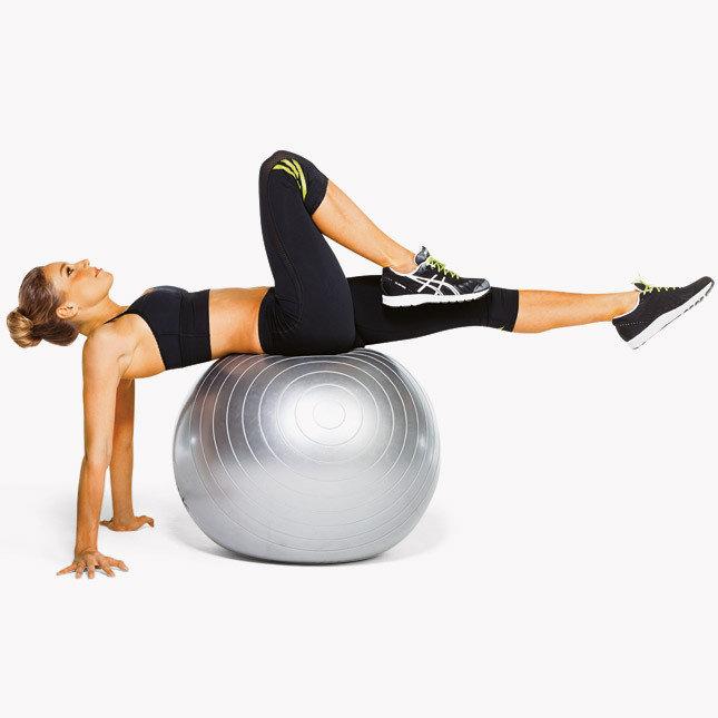 Руки скрестите за головой, расслабьте спину — вы продавите мяч и опуститесь ниже, ваша спина округлилась.