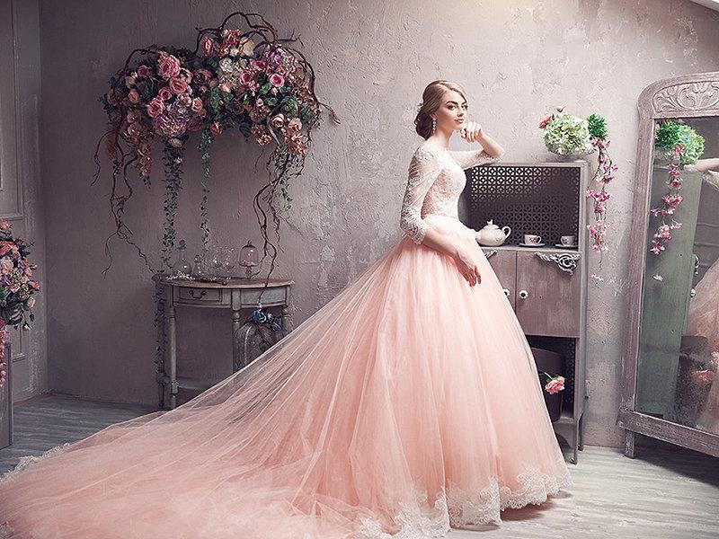 невеста в красивом свадебном платье у зеркала