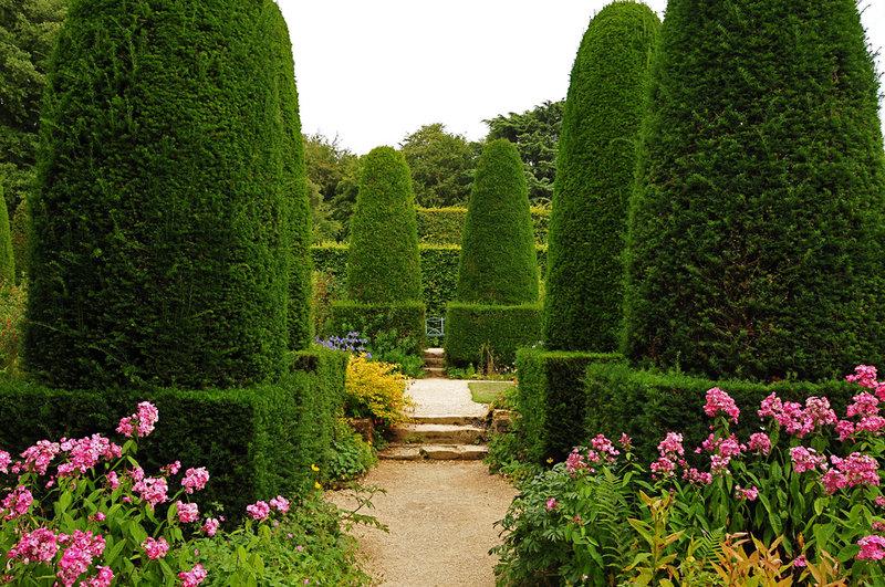 Один из действительно великих английских садов создан майором Лоуренсом Джонстоном как серия открытых «номеров», каждый со своим характером, разделенных живыми изгородями и стенами