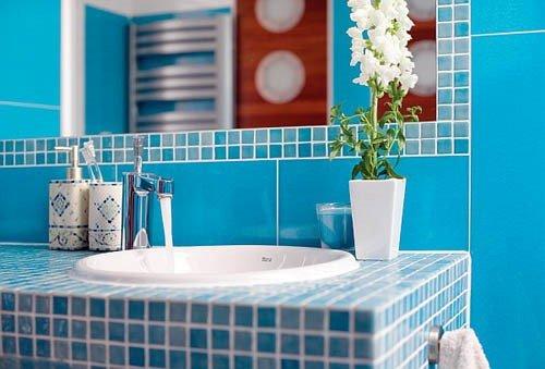 Клеточный принт в интерьере ванной голубой оттенок