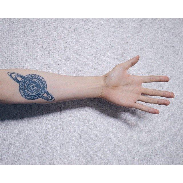 Чтобы сделать татуировку с изображением каких-то космических тем, не обязательно любить космос до смерти, просто сами изображения планет, звезд и всего, что относится к этой сфере, выглядят очень симпатично.