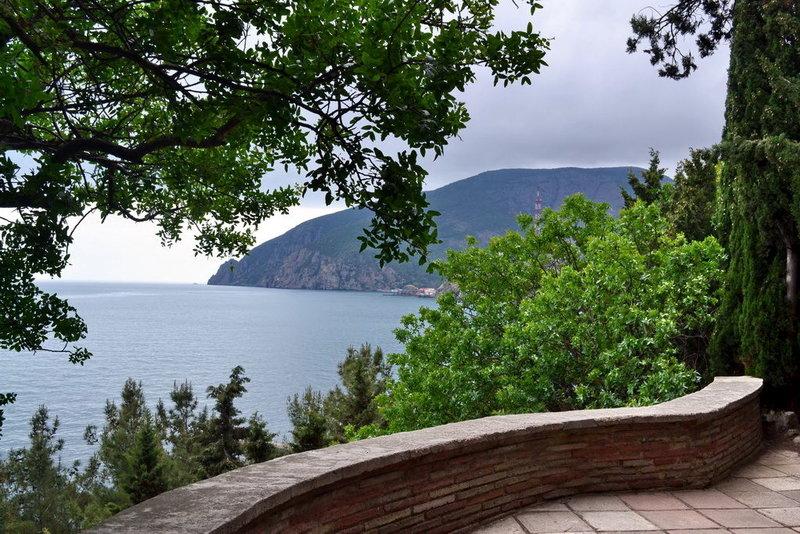 Дворец Карасан. Парк «Карасан», как и все в Крыму, имеет «выход» к морю.