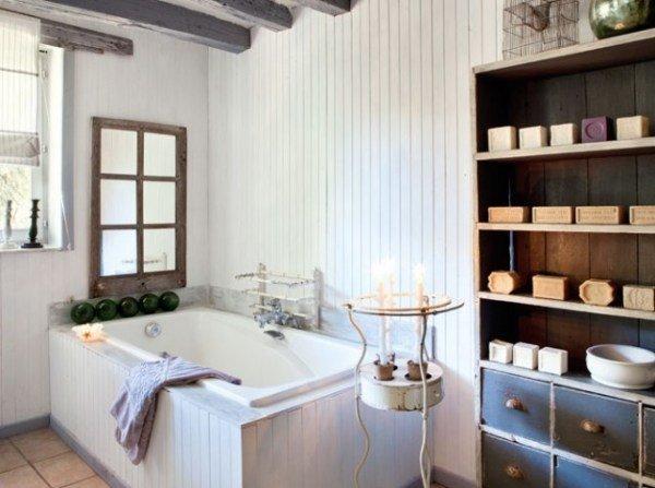 Ванная в стиле прованс. Доски на стенах могут быть покрашены в белый или другой светлый цвет.