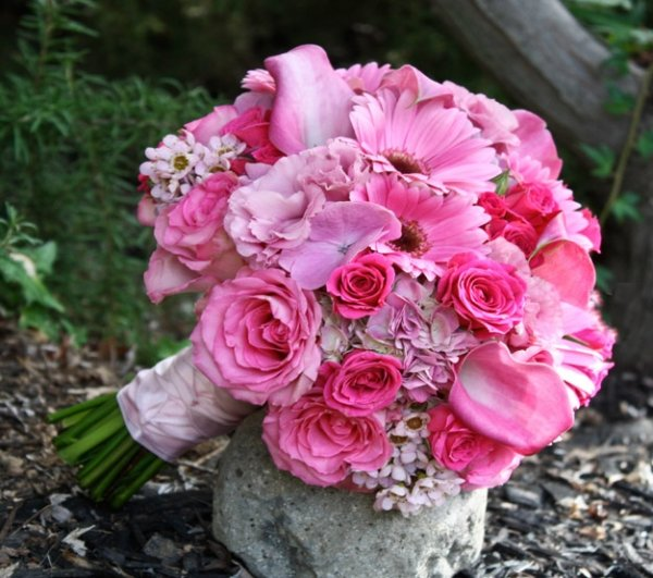 От букета во многом зависит насколько красиво и неповторимо будет выглядеть новобрачная на свадьбе.