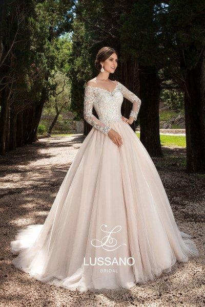6a88e3fe0b7b451 ... Пышное свадебное платье создает очень нежный образ. Платье выполнено в  трендовом нежном цвете капучино и