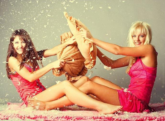 Две девчонки балуются фото, фото лобки макро