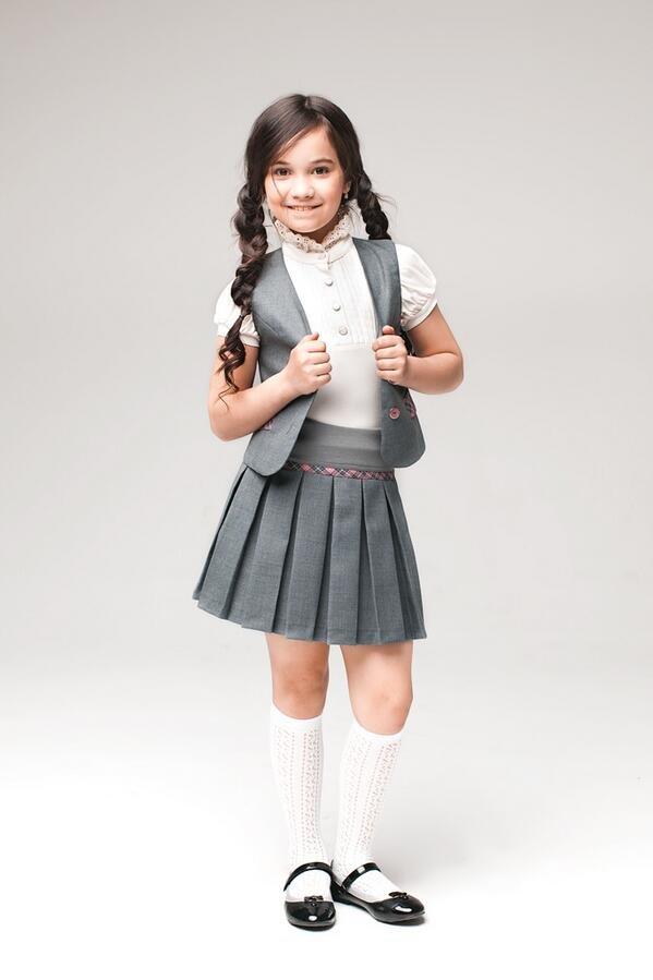 девочка в серой  школьной форме  и гольфах