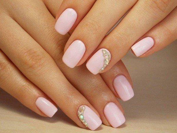 Стразы можно выложить и на одном ногте, например на безымянном пальце. Все ногти сделать однотонными, а на одном дугой выложить разнокалиберные камушки.