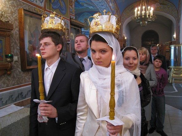 """Свидетели во время венчания обычно держат венцы над """"молодыми"""""""