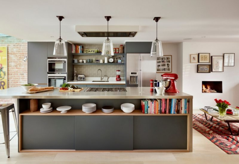 серого цвета кухня с большим прямоугольной формы островом